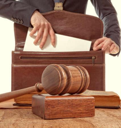 Caucasien avocat au tribunal. Loi notion