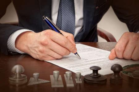 Avocat, notaire signes les documents de notre bureau Banque d'images