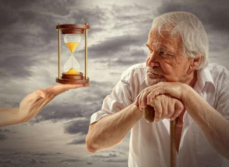 persona pensando: Concepto de vida. Retrato de un hombre mayor que piensa en algo