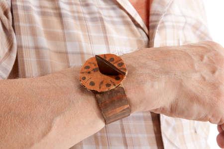 reloj de sol: Concepto de vida. Hombre mayor que mira el reloj de sol
