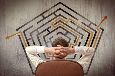 pensamiento creativo: Concepto de negocio. Volver la vista de negocios que buscan en un laberinto en la pared