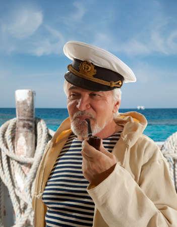 pecheur: Capitaine. Sailor homme dans le port de plaisance avec des bateaux de fond