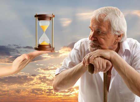 pensando: Concepto de vida. Retrato de un hombre mayor que piensa en algo