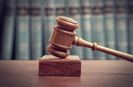 delito: El martillo de un juez en la corte Foto de archivo