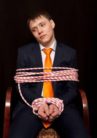 gefesselt: Geschäftsmann mit den Händen gebunden in den Seilen Lizenzfreie Bilder