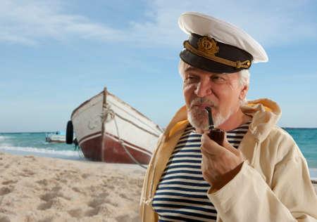 pescador: Capitán. El hombre del marinero en el puerto deportivo con barcos de fondo Foto de archivo