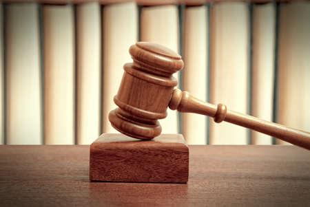 El martillo de un juez en la corte