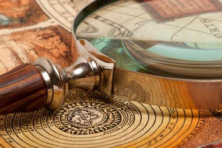 Zvětšovací sklo a starověký staré mapy Reklamní fotografie