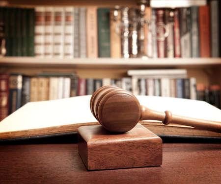 may�sculas: El martillo de un juez en la corte Foto de archivo