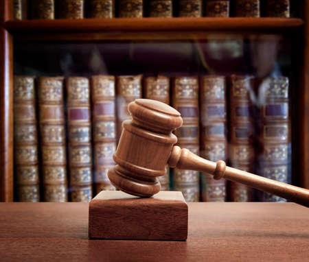 in action: El martillo de un juez en la corte Foto de archivo