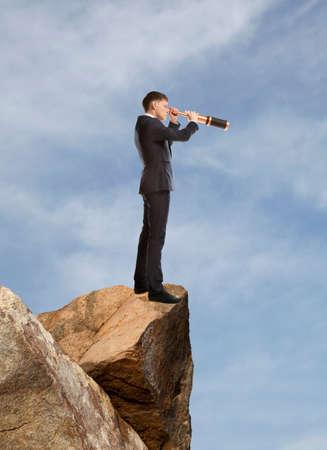 fernrohr: Geschäftsmann schaut durch ein Teleskop. Konzept für Business-