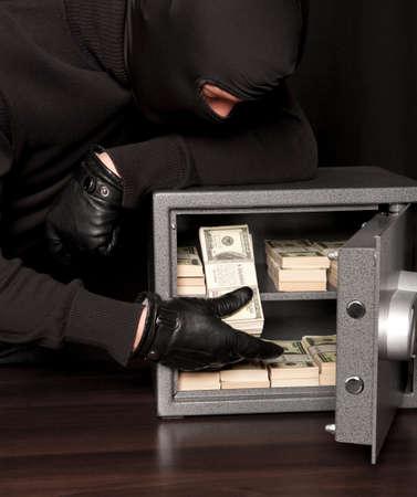 caja fuerte: Ladrón Ladrón robar dinero durante el hogar codebreaking segura Foto de archivo