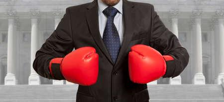 abogado: Concepto legal. El abogado en guantes de boxeo rojos