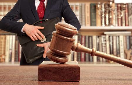 honestidad: caucásico abogado en la corte. concepto de la ley