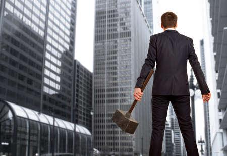 martillo: Hombre de negocios resuelto con el martillo en las manos