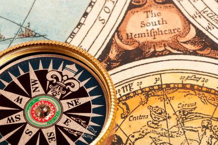 путешествие: Старый компас на старинные ретро карте Фото со стока