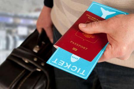 Control aduanero. Pasaporte y el billete en la mano en el aeropuerto