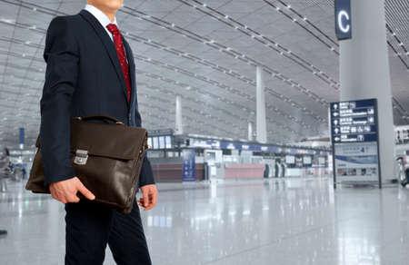 Geschäftsreise. Geschäftsmann mit einer Aktentasche im Flughafen