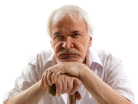 persona triste: Retrato de un hombre mayor que piensa en algo Foto de archivo