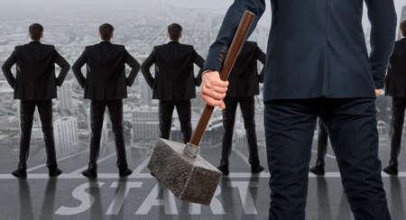 competencia: Concepto de inicio. Hombre de negocios resuelto con el martillo en las manos