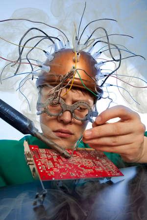 componentes: reemplazo inventor loco de componentes electrónicos en placa de circuito impreso Foto de archivo