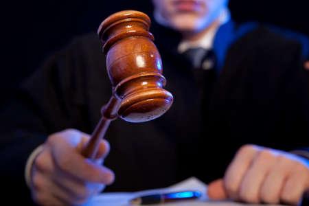 honestidad: Juez. masculino del juez en un tribunal de golpear el martillo Foto de archivo