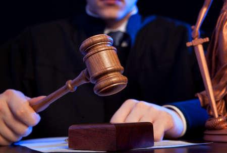 Rechter. Mannelijke rechter in een rechtszaal slaan van de hamer