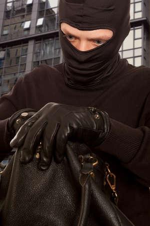 delincuencia: Ladrón robar dinero de bolso de las mujeres Foto de archivo