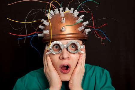 experimento: casco inventor loco alegre para la investigación del cerebro Foto de archivo