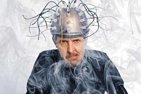 experimento: inventor loco de un casco para la investigación del cerebro Foto de archivo