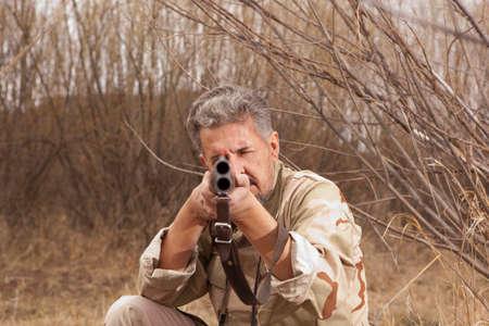 fusil de chasse: Hunter dans des vêtements de camouflage prêt à chasser avec fusil de chasse
