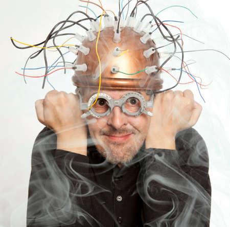 inventeur fou d'un casque pour la recherche sur le cerveau Banque d'images