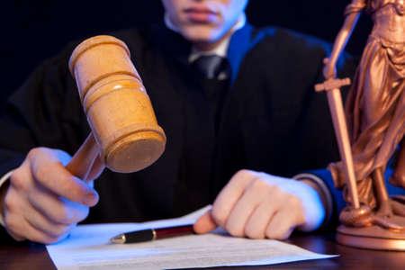 oracion: Juez. masculino del juez en un tribunal de golpear el martillo Foto de archivo