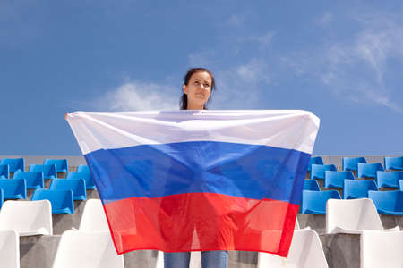 bandera rusia: Chica aficionado a los deportes agitando bandera de Rusia Foto de archivo