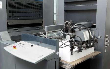 Detalle alimentador de hojas para la máquina de impresión offset en la fábrica de impresión