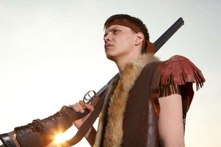 fusil de chasse: Hunter dans les vêtements vintage prêt à chasser avec fusil de chasse