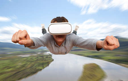 Jonge man met virtual reality bril vliegt over de natuur Stockfoto - 64184136