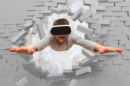Jeune homme portant des lunettes de réalité virtuelle