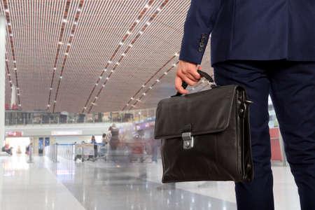 Zakenreis. Zakenman met een koffertje in de luchthaven