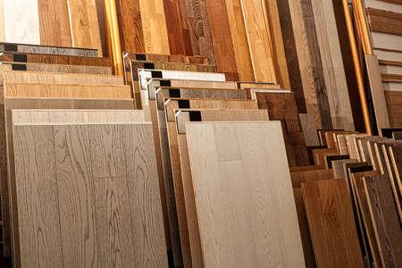 Planches de parquet exemples en magasin de matériel, dans l'amélioration de la maison entrepôt extérieur Banque d'images - 64184509
