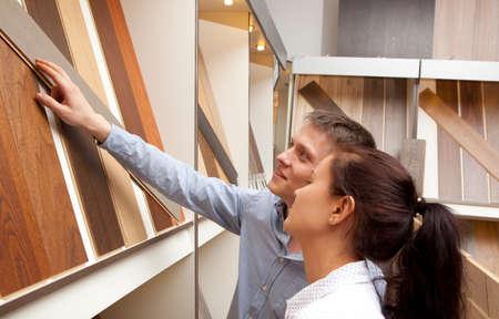 Couple regardant planche de parquet pour les planchers de la maison en magasin, dans l'amélioration de la maison entrepôt extérieur Banque d'images - 64184516