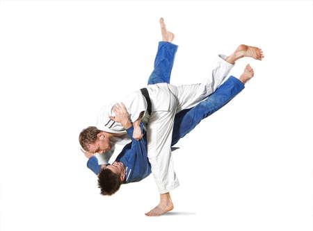 흰색 배경에 남자 싸움 두 judokas 전투기