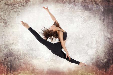 tänzerin: Junge Frau Balletttanzen an der Wand Hintergrund