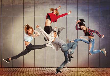 Jeune danse moderne groupe de pratique de la danse dans le mur avant
