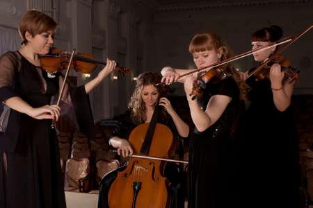 暗い背景に音楽家の演劇ヴァイオリン