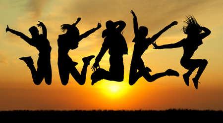 people jumping: gente felicidad saltar la silueta en puesta del sol, collage Foto de archivo