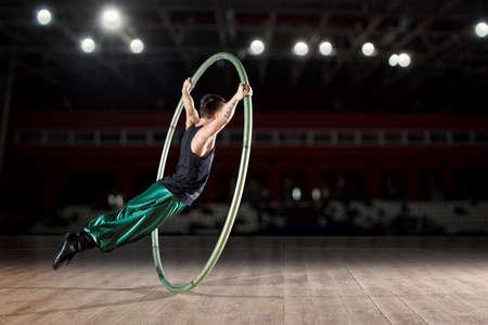 シル ホイールでサーカスの曲芸師 写真素材 - 76872425