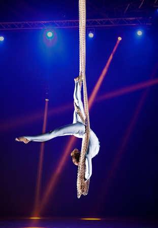 Junge Frau Zirkus Luft Turnerin. Auf Beleuchtung Hintergrund