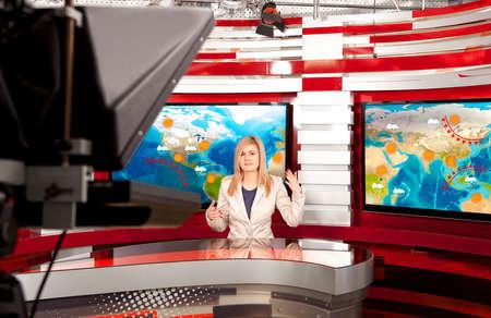 Weervoorspelling. Een tv-ankervrouw in de studio tijdens live-uitzendingen Stockfoto