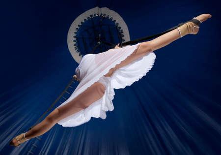 Circus air gymnast auf dunkelblauem hintergrund Standard-Bild - 81839325